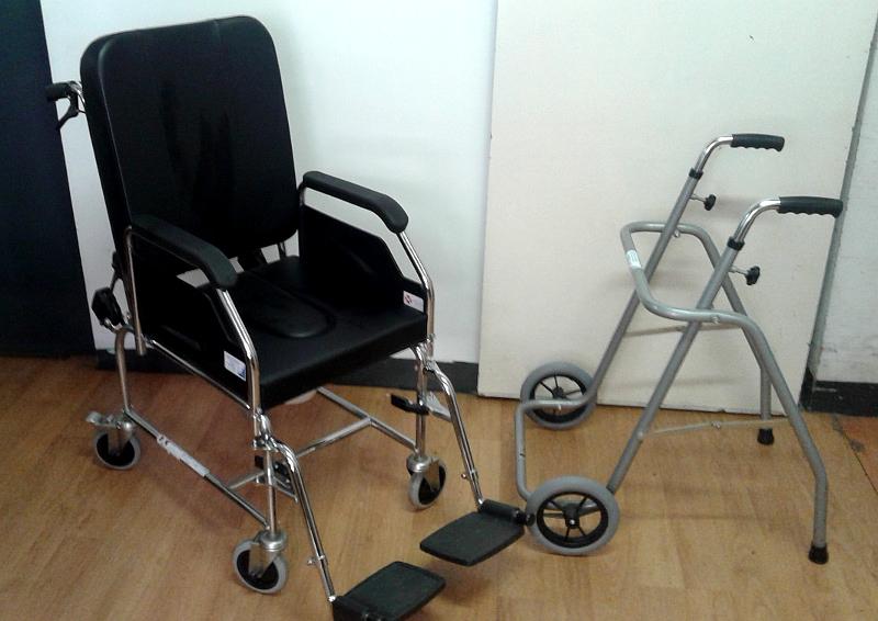 Andador y silla de ruedas de interior con inodoro de for Silla de ruedas de segunda